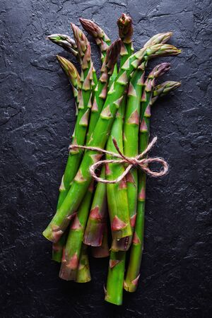 Green asparagus sprout on black board top view flat lay Foto de archivo - 130760222