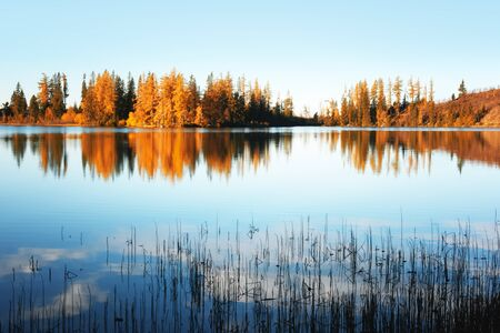 Mountain lake Strbske pleso (Strbske lake) in autumn time. High Tatras national park, Slovakia Standard-Bild - 130760263
