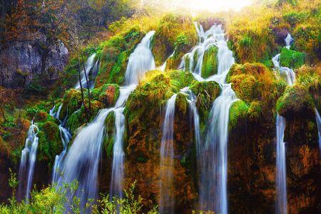 Woda płynie z niesamowitego wodospadu w Jeziorach Plitwickich. Park Narodowy Plitwickie, Chorwacja. Fotografia krajobrazowa Zdjęcie Seryjne