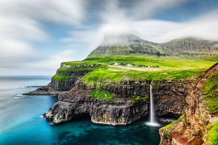 Niesamowity widok na wodospad Mulafossur w miejscowości Gasadalur, Vagar Island na Wyspach Owczych, Dania. Fotografia krajobrazowa Zdjęcie Seryjne