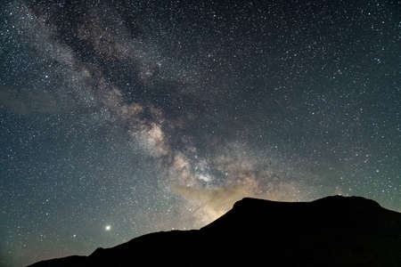 Mountains range against the backdrop of an incredible starry sky 版權商用圖片