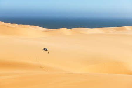 Orange sand dunes and clear sky in Namib desert 版權商用圖片