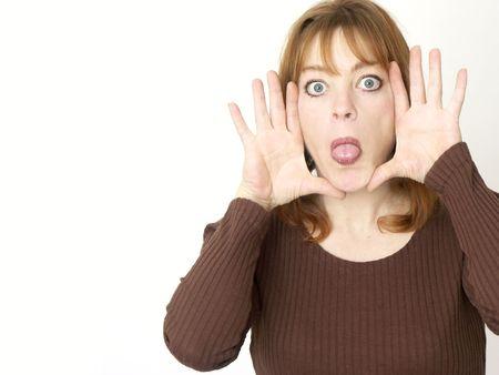 occhi grandi: donna isolata che attacca verso lesterno il tounge con gli occhi grandi
