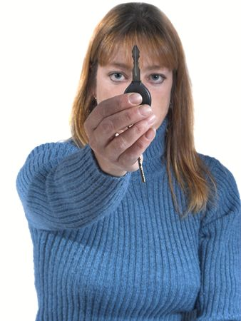 mujer que sostiene fuera de llaves, de foco en la mano y de llave