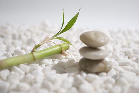 Zen stenen en bamboe op witte kiezels achtergrond - meditatie concept Stockfoto
