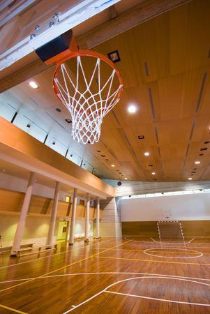 terrain de basket: Une vue en perspective de basket-ball en salle de sport tribunal