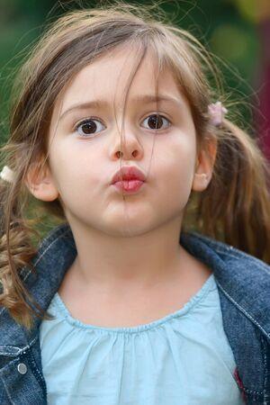 five years old: cinque anni bambina l'invio di un bacio  Archivio Fotografico