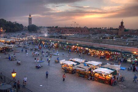 marrakesh: Tramonto sul Djemaa El-fna luogo e koutoubia moschea, Marrakech, Marocco