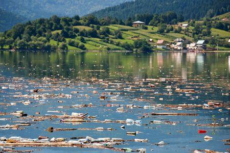 mundo contaminado: id�lico paisaje en ruinas comprar pesada contaminaci�n en el agua
