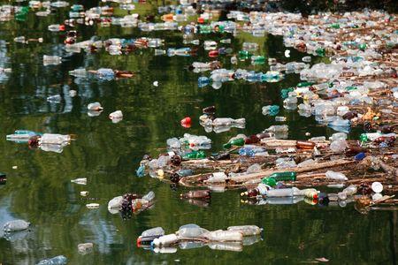 mundo contaminado: muchas botellas de pl�stico y otra basura en el lago de agua