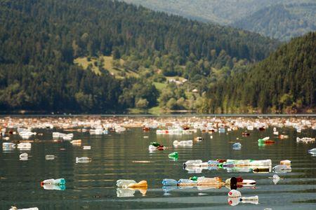 mundo contaminado: hermoso lago de monta�a y paisaje con gran contaminaci�n de botellas de pl�stico Foto de archivo