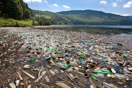 mundo contaminado: muy importante de basura de pl�stico y la contaminaci�n en lago hermoso Foto de archivo