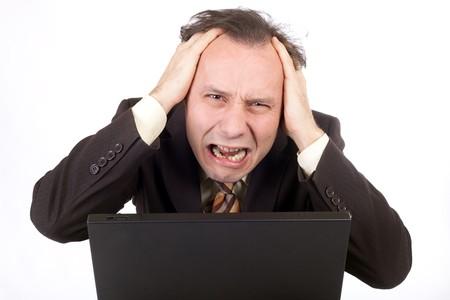 computer problems: uomo d'affari alla ricerca disperata di computer e pianto