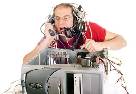 repairing: hombre en su ordenador con el p�nico que tratan de llegar a l�nea telef�nica