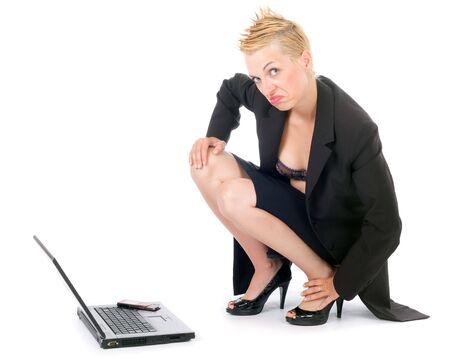 en cuclillas: punk rock din�mica mujer de negocios con ordenador port�til y m�vil aisladas
