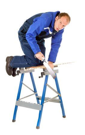 clumsy: uomo goffo segatura di legno sul banco di lavoro metallico isolata on white