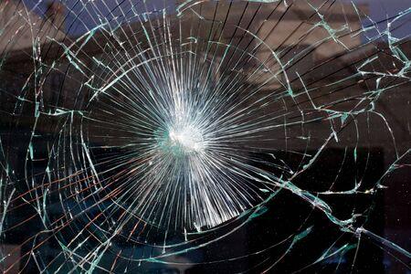 glass broken: vidrio de la ventana rota como una telara�a Foto de archivo