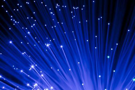 Nahaufnahme auf dekorative blau-LWL-Fasern unter schwarzem Hintergrund