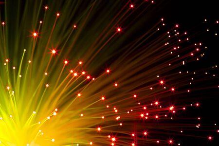 fibre optique: gros plan sur lumineuses fibres optiques oranges sous le fond noir