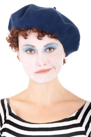 m�mica: Retrato de mujer de payaso triste usando boina azul aislado en blanco