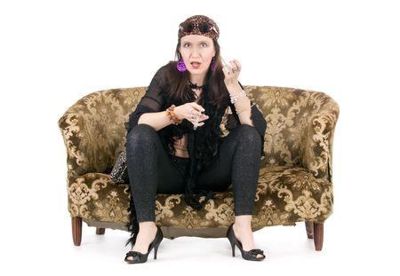 mujer hippie: conjunta de fumar de mujer hist�rica hippie sentado en el sof� retro Foto de archivo