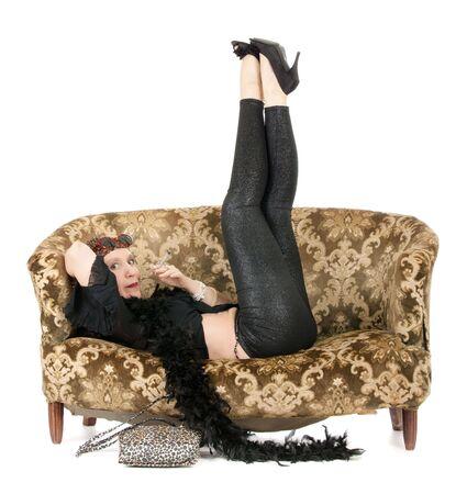 mujer hippie: mujer de kitsch hippie acostado en el sof� con las piernas en el aire y el conjunto de drogas de fumar Foto de archivo