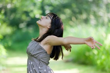 respiracion: feliz adolescente respirar en la naturaleza salvaje Foto de archivo