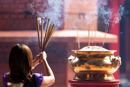 incienso: mujer sosteniendo fumar incienso gran pega en templo chino, Kuala Lumpur, Malasia
