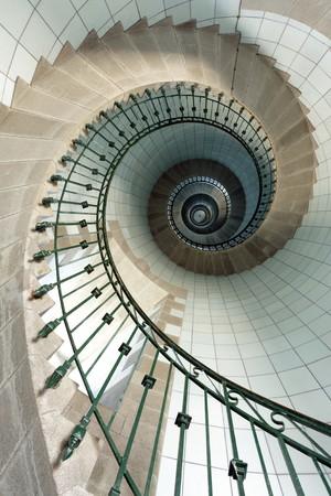 나선: dynamic view of high lighthouse staircase, 392 steps, vierge island, brittany,france