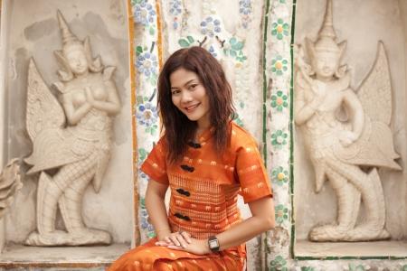 Pretty thaïlandaise posant près de wat arun temple a, bangkok, Thaïlande Banque d'images
