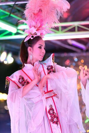 transexual: Thai ladyboy transexual bailando en el escenario durante el espect�culo de la noche, pattaya, Tailandia