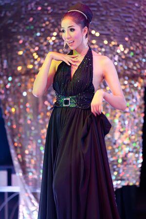 transexual: Thai ladyboy transexual bailando y cantando durante noche show, Pattaya, Tailandia