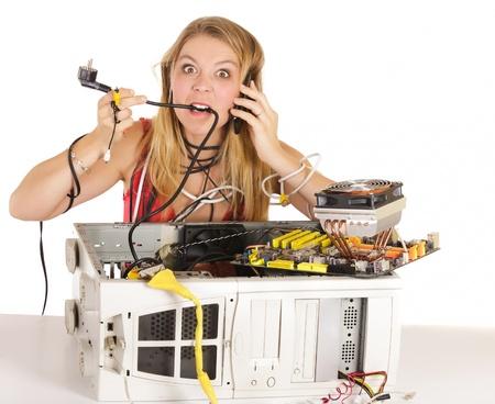 コンピューターの電源ケーブルをかむとサポートに電話で問題を抱えて怒っている女性 写真素材 - 9962854