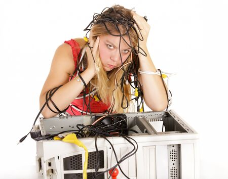 wanhopige vrouw probeert te herstellen gebroken computer