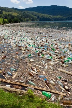 contaminacion del agua: hermoso paisaje arruinado por la contaminaci�n de la basura, lago de Bicaz, Rumania