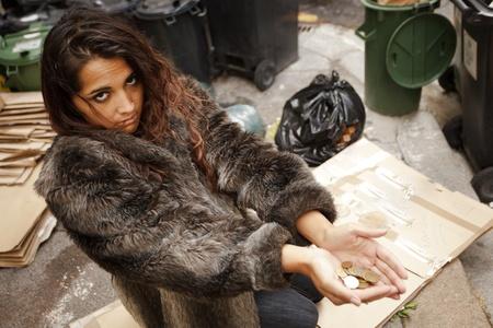 manteau de fourrure: pauvre femme sans-abri demandent pas la charit� sur la chauss�e ville