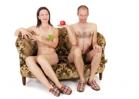 naakte kitsch paar verleiding op retro bank, Adam en Eva begrip