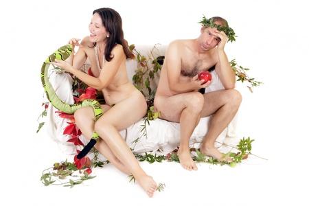 pareja desnuda: pareja desnuda sentada en el sof�, la mujer y la serpiente, el hombre y la manzana roja Foto de archivo