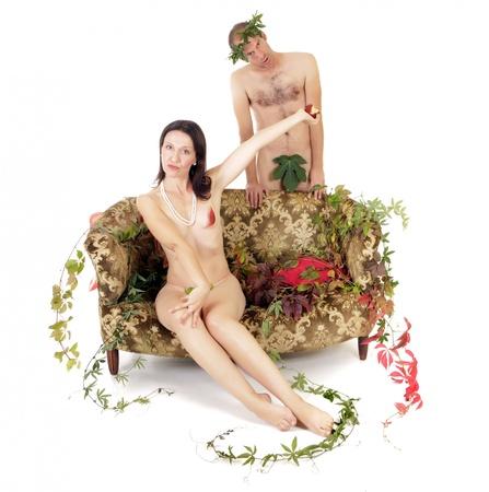 feuille de vigne: couple nu dans un conflit, la femme refusant de manger la pomme rouge Banque d'images