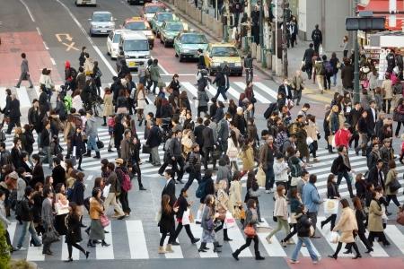 TOKYO - NOVEMBER 25: People crossing street at Hachiko crossroad in Shibuya district on November 25, 2011 in Tokyo, Japan. Redactioneel