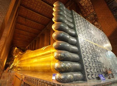 黄金のワット フォー寺、バンコク、タイで巨大な涅槃 報道画像