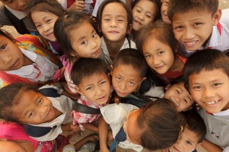 groep van vrolijke kinderen poseren tijdens het Elefantasia festival op 16 Februari, 2012 in Sayaboury, Laos Redactioneel