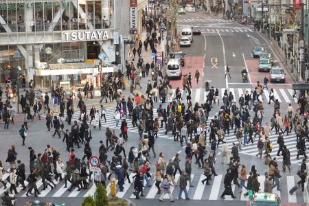 TOKYO - 25. November: Menschen Querstraße am Hachiko Kreuzung in Shibuya Bezirk am 25. November 2011 in Tokyo, Japan. Standard-Bild - 14802943
