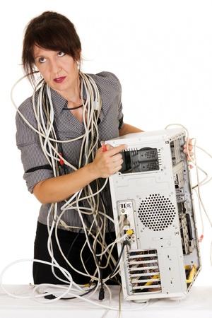 zakelijke vrouw krijgt woedend op kapotte computer