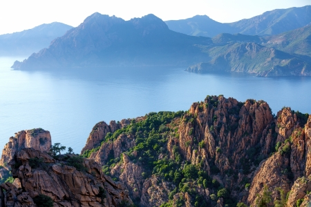 コルシカ島の岩の多い海岸線の日没で、フランスの Calanche と呼ばれる