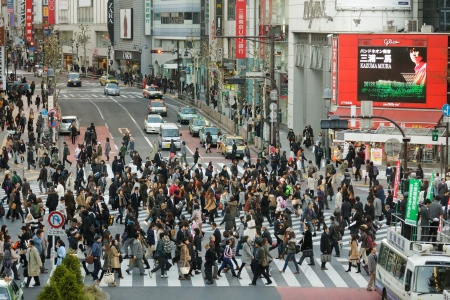 TOKYO - NOVEMBER 25: Mensen die straat bij Hachiko kruispunt in Shibuya district op 25 november 2011 in Tokyo, Japan.