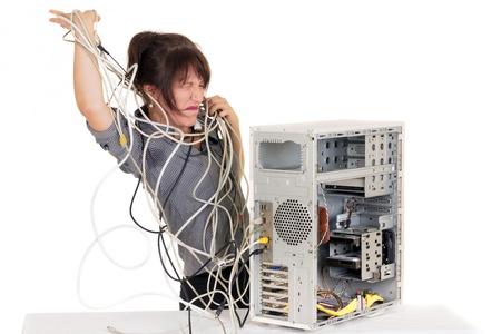 zakelijke vrouw gaan gek met beschadigde computer Stockfoto