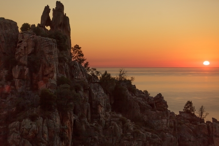ピアナ日没、コルシカ島、フランスで岩の多い海岸線