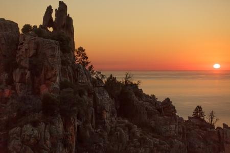 Piana rotsachtige kustlijn bij zonsondergang, Corsica eiland, Frankrijk