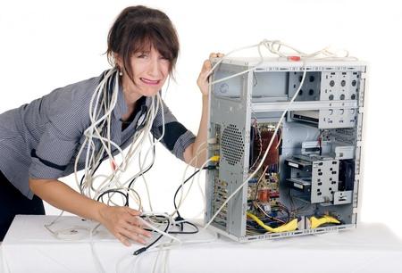 mujer llorando: confundir mujer de negocios gritando con equipo roto Foto de archivo